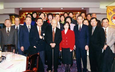 Dr. Cheung-kok Choi (5th from the left), the consultants and directors, at the Spring Festival dinner gathering.